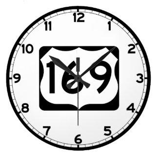 Us-rutt 169 undertecknar stor klocka