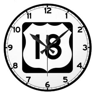 Us-rutt 18 undertecknar stor klocka