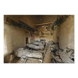 Us-soldater sovar i ett övergett lerahus fototryck