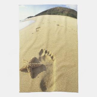 USA Hawaii, Maui, Makena strand, fotspår och Kökshandduk