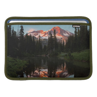 USA stat Washington. Mount Rainier reflekterade MacBook Sleeve