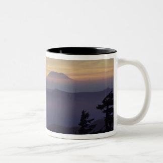 USA Washington. Mount Saint Helens som igenom ses Två-Tonad Mugg