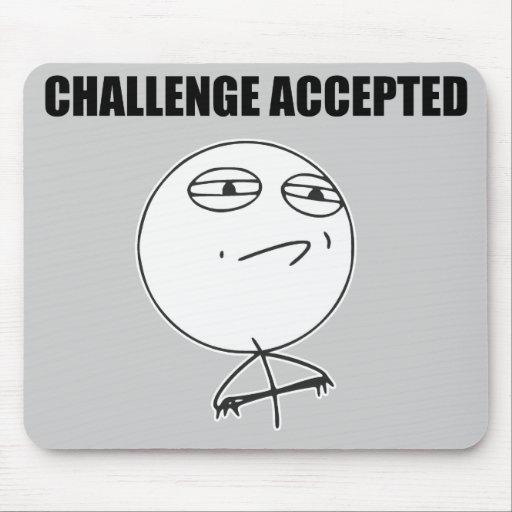 Utmaning accepterad ursinneansiktetecknad Meme Musmattor