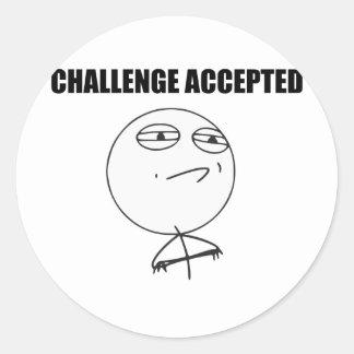 Utmaning accepterad ursinneansiktetecknad Meme Runt Klistermärke