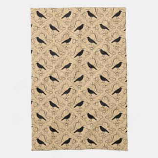 Utsmyckat mönster med kråkor. Svart och Beige. Kökshandduk