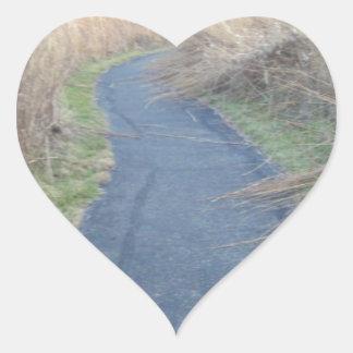 Väg till och med nedgångänggräs hjärtformat klistermärke