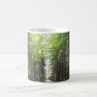 Väg till och med skogen kaffemugg