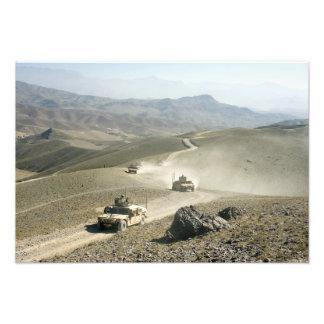 Vägar för berg för Humvees travers ojämna Fototryck
