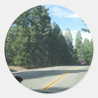 Vägen går på runt klistermärke