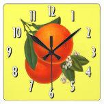 Väggen för konst för orangevintagelådan tar tid på vägg klocka