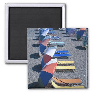 Vakanta stolar på strand magnet