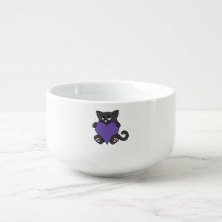 Valentin katt för dagsvart med purpurfärgad hjärta soppmugg