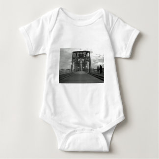 Valnötgatan överbryggar tee shirts