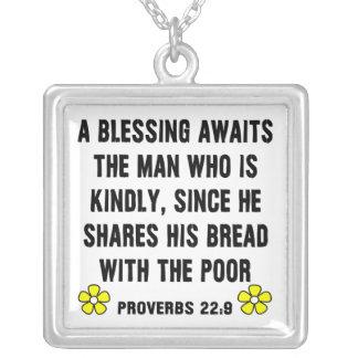 VälsignelseProverbs22:9 Halsband Med Fyrkantigt Hängsmycke