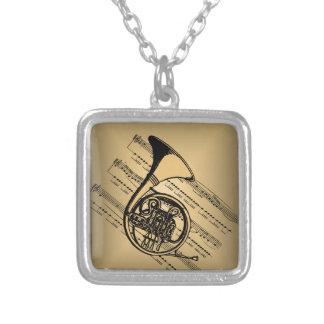 Valthorn med notbladbakgrund silverpläterat halsband
