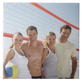 Vänner på strandvolleybolldomstolen kakelplatta