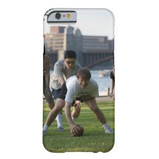 Vänner som leker leken av fotboll barely there iPhone 6 skal
