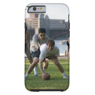 Vänner som leker leken av fotboll tough iPhone 6 fodral