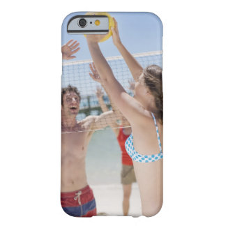 Vänner som leker volleyboll på strand barely there iPhone 6 fodral