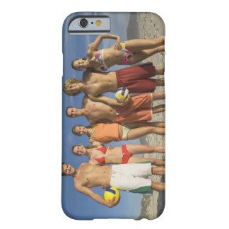 Vänner som poserar på strand med volleybollar barely there iPhone 6 skal