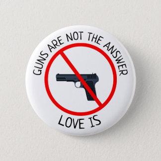 Vapen är inte svaret, kärlek är knäppas standard knapp rund 5.7 cm