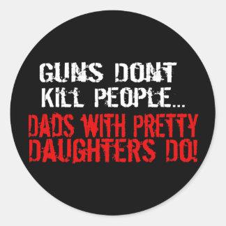 Vapen dödar inte folk, rolig pappa/dotter runt klistermärke