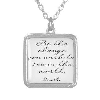Var ändringen som du önskar att se silverpläterat halsband
