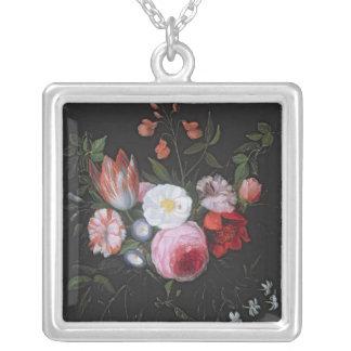 Vår blommor i en glass vas, 17th århundrade silverpläterat halsband