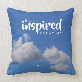 Var inspirerad daglig: Fluffiga moln i en blå Kudde