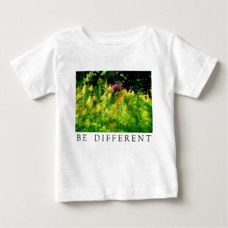 VAR OLIK - rosablomman i ett fält av gult T-shirt
