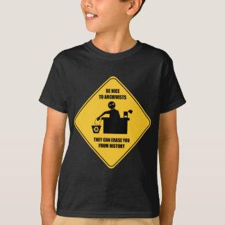 Var trevlig till arkivarier tee shirts
