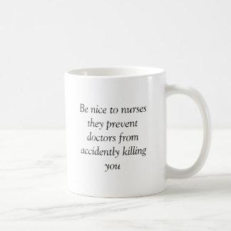 Var trevlig till sjuksköterskor som de förhindrar kaffemugg