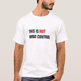 Vara besvärad kontrollerar tshirts