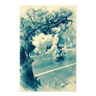 Vårblommar som skissas i blått brevpapper