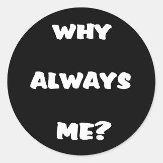 Varför alltid mig? Roliga ordstävgåvor Runt Klistermärke