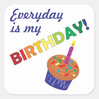 Varje dag är min födelsedag! fyrkantigt klistermärke