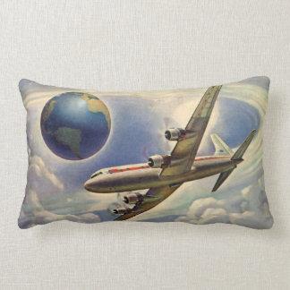 Värld runt för vintageflygplanflyg i moln lumbarkudde