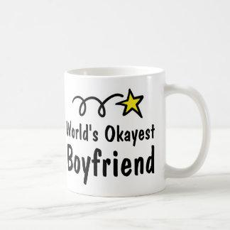 Världs gåva för mugg för kaffe för Okayest pojkvän