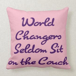 VärldsChangers sitter sällan på soffan Kudde