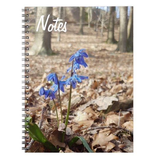 Vårliga Blommor mot Skogsbakgrund Anteckningsbok