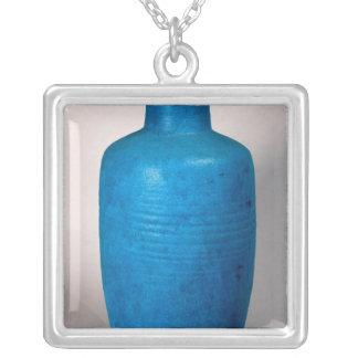 Vas i form av en raksträcka hånglad flaska silverpläterat halsband