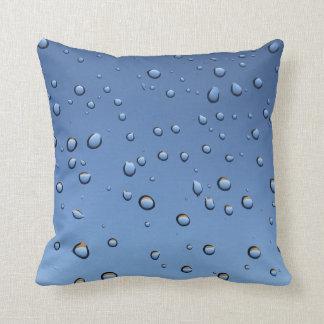 Vatten tappar stänkblöt kudde