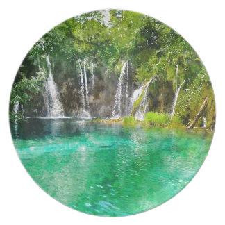 Vattenfall på den Plitvice nationalparken i Tallrik