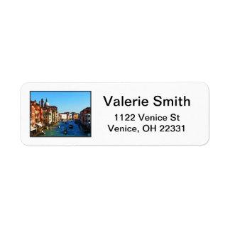 Venedig kanal med kärlekcitationstecken returadress etikett