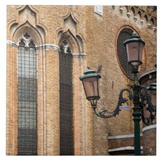 Venedig Veneto, italien - en lampa postar står Kakelplatta