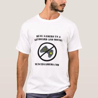 Verkliga Gamers använder ett tangentbord och en T-shirt