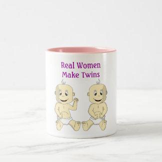 Verkliga kvinnor gör twillingar kaffemuggen Två-Tonad mugg