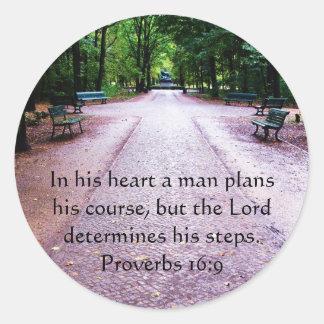 Verse för bibel för Proverbs16:9 inspirera Runt Klistermärke