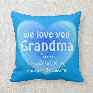 Vi älskar dig hjärta för mormorpersonligblått kudde