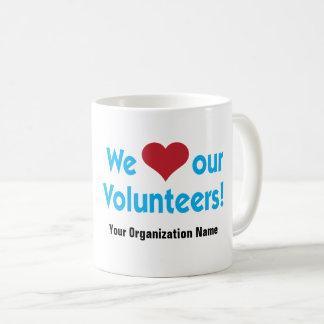 Vi älskar våra volontärer med rött hjärtasymbol kaffemugg